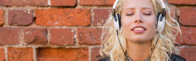 Frau hört binaurale Beats