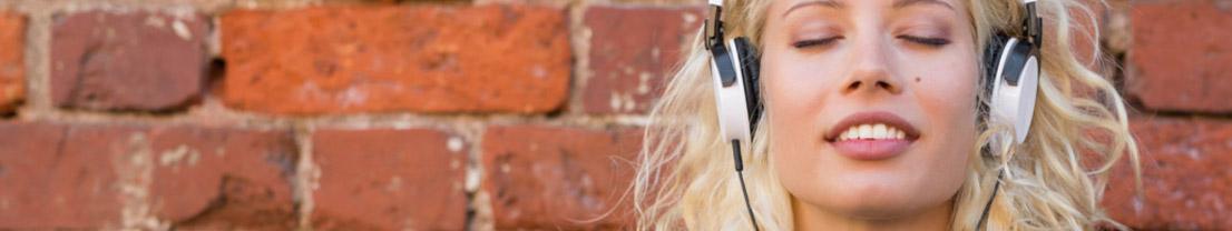 Frau entspannt mit binauralen Beats