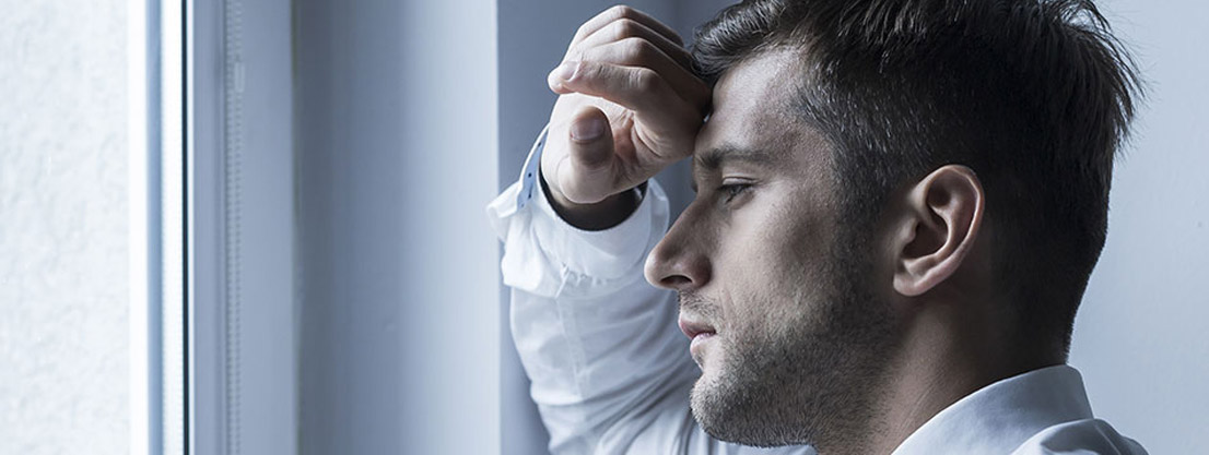Mann mit Burn-Out-Symptomen