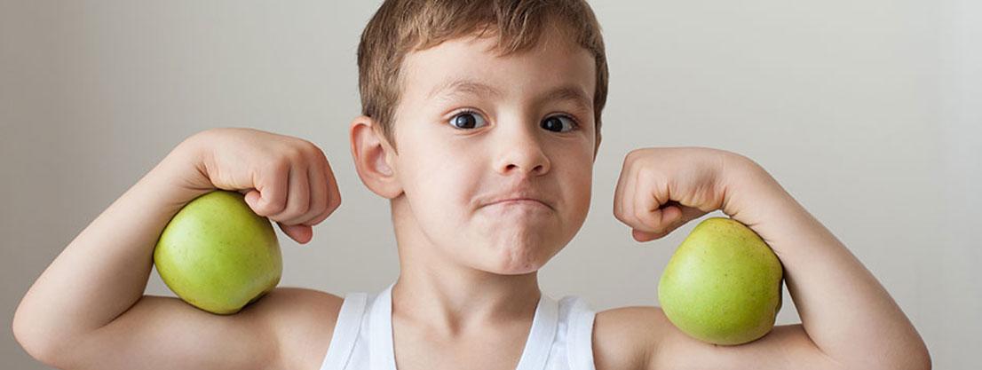 Junge zeigt Muskeln