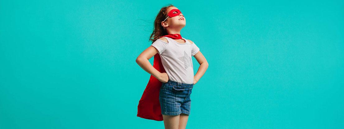 Mädchen in aufrechter Körperhaltung ist Superheld
