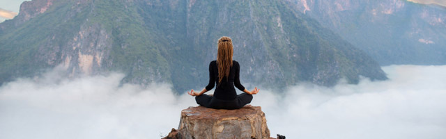 Meditation in schöner Berglandschaft