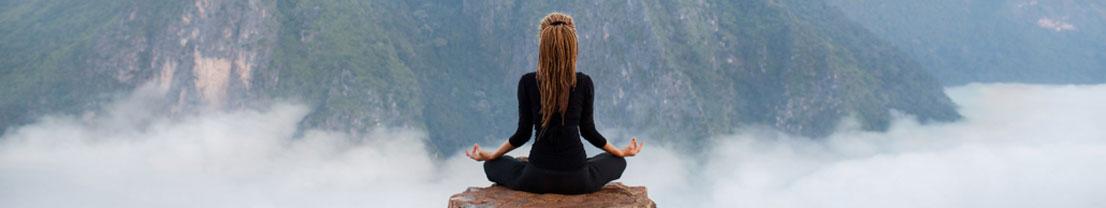 Frau Meditiert in den Bergen