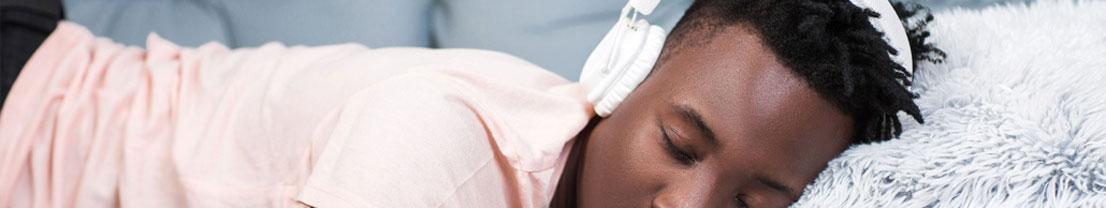 Mann schläft mit Musik