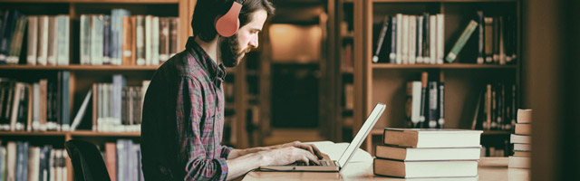 Mann arbeitet mit Kopfhörern
