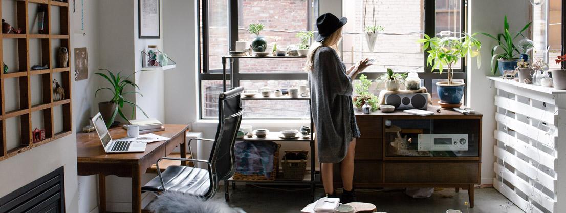 Frau öffnet Meditation auf Mobilgerät
