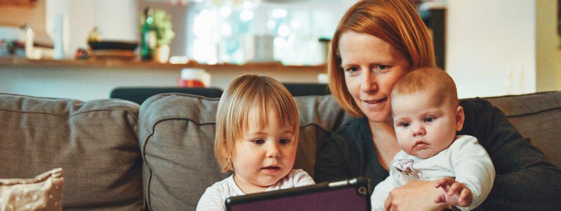 Familie pflegt soziale Kontakte über Videocall