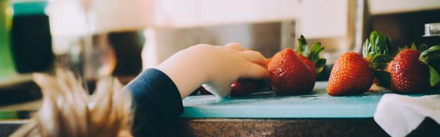 Kind angelt nach Erdbeeren