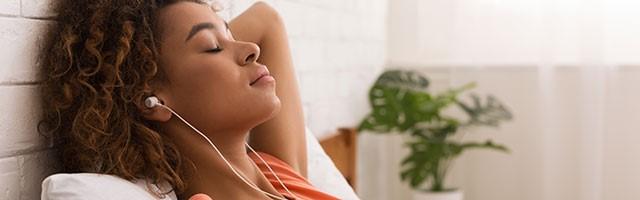 Frau entspannt, Atemübungen