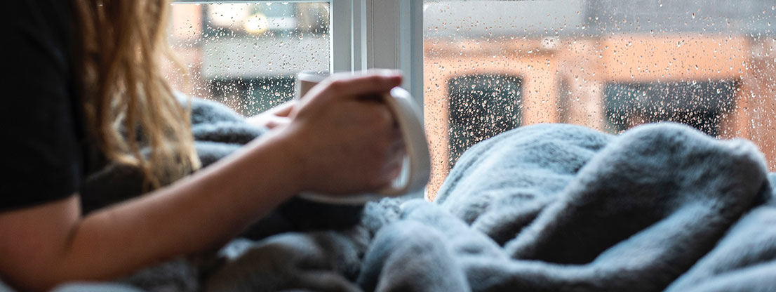 Woman with coffee and blanket - Feel Good atmosphere