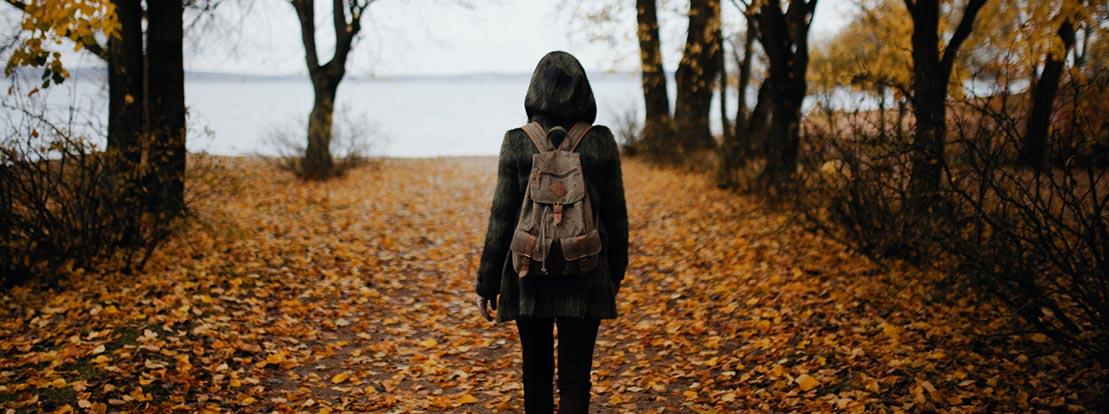 Frau, Spaziergang in der Natur bringt Erholung.