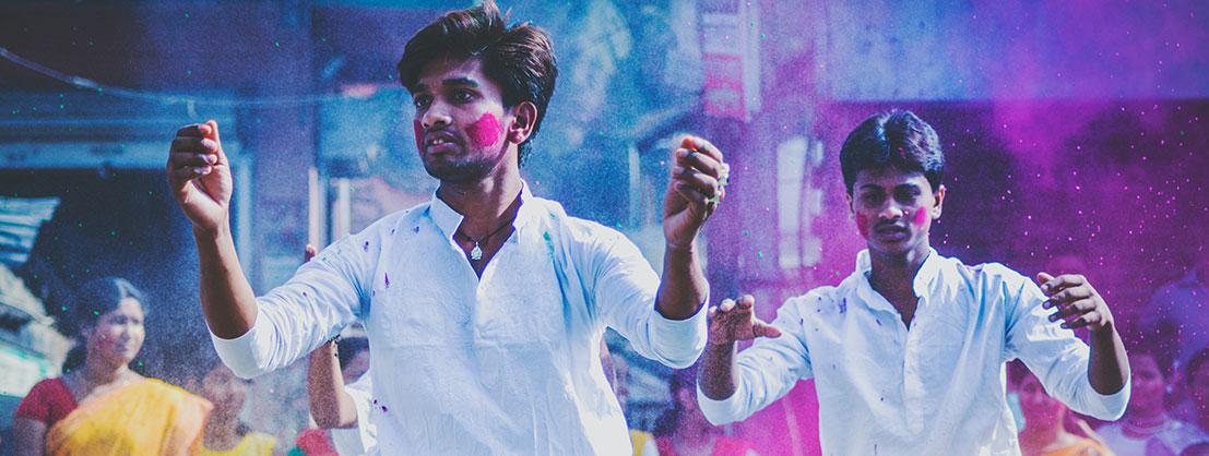 Indien, zwei Männer mit bunten Farben