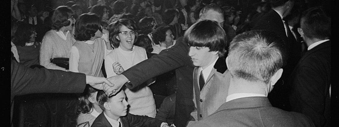 Beatles im Menschentrubel, Frau ist begeistert