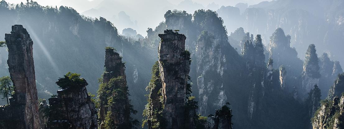 Felsen im Nebel, China