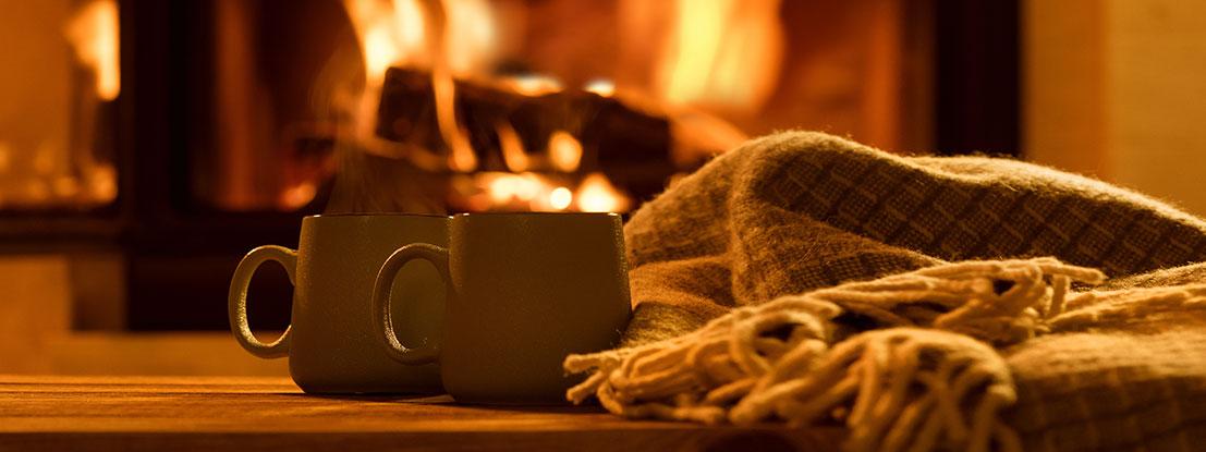 Herbstatmosphäre: Tee, Decke, Feuer